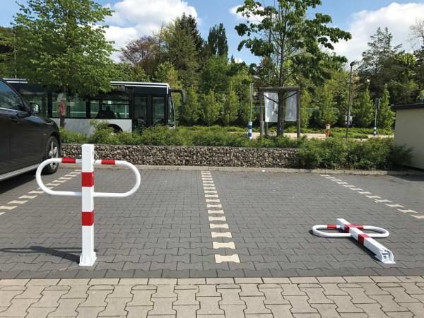 Durchgangs- und Parkplatzsperre, umlegbar mit Dreikantverschluss Dübelbefestigung